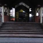 Центральны вход отеля Эдельвейс в Яремче