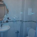 """Интерьер номера """"полулюкс"""" отеля Эдельвейс в Яремче: ванная комната"""